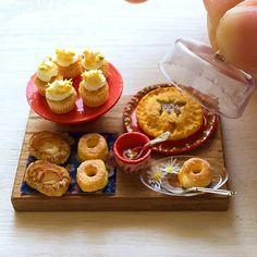 蜂蜜とりんごのスイーツ達を作りました。カップケーキには小さな小さな蜂が2匹ずつくっついています。ケンタ風ののビスケット、焼き林檎のデニッシュ、ちょうちょのはちみつパイ。お皿には黄色いお花のツルを描いてみました。これからヤフオク出品です。 #ミニチュアフード #ミニチュア #ハンドメイド #食品サンプル #ドールハウス #カップケーキ #miniaturefood ...