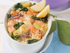 Gratin de saumon aux épinards et aux pommes de terre. Ingrédients pour la recette de gratin de saumon (pour 6 personnes) : pommes de terre type Bintje, pousses d'épinards, filets de saumon, crème liquide, oignon.