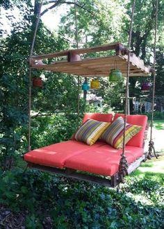 Outdoor : 30 inspirations pour bien vivre dehors - Marie Claire Maison, un fauteuil suspendu réalisé en palettes