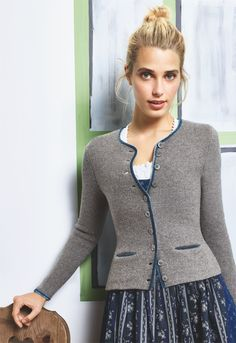 Knitting Patterns Cardigan The next Oktoberfest is sure to come: the new DONNA LANE Wiesn-Janker are now in numerous colors . Knit Cardigan Pattern, Jacket Pattern, Baby Cardigan, Knitted Coat, Knitwear Fashion, Knitting Designs, Knitting Patterns, Free Knitting, Crochet Patterns
