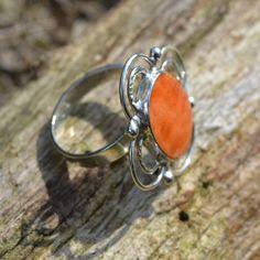 Prachtige ring met een vintage look. Zilveren ring met spondylus schelp