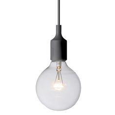 """E27 lampun suunnittelija Mattias Ståhlbom kertoo tuotteesta: """"Hehkulampun muotoa yksinkertaisempaa on vaikea löytää. Tämä muoto edustaa samanaikaisesti jotain hyvin romanttista sekä hyvin modernia."""