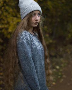 Fern and Feather sweater. ♡ . . . . . . . @knit.love.wool #fernandfeather @byhandserial #byhandserial @dererumnatura #dererumnatura  @bmandarines #treehousehat #knitlovewool #JennSteingass #jennqueenofyokes #wool # #knitting #strandedknitting #colourwork #handmade #knittersofinstagram #knitstagram #handmadewardrobe #sweaterweather #sweaters #photography #autumn #autumntrees #verylonghair #magichair