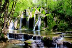 Cascade des planches ; l'eau calcaire du Jura se dépose et donne à la cascade ces relief si particuliers :surplombs et vasques..