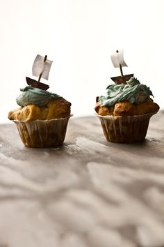 Ohmahgah these are so adorable!! And there is rum in them, of COURSE. Buttered Rum Pirate Cupcakes.