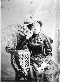 What a gentle, sweet face this elegantly attired Victorian woman had. #Victorian #woman #1800s #19th_century #portrait #dress #beautiful