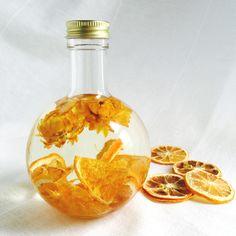 パキッと元気なビタミンカラーの柑橘系のドライフルーツを使用したジューシーなハーバリウムランプができました*レモンやオレンジなど柑橘系のスライスドライフルーツと元気なイエローのドライフラワーが入っています☺︎付属の芯を取り付けるとアロマオイルランプとして使...