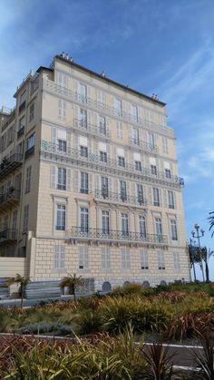 facciata di un palazzo a Nizza totalmente dipinta. Le finestre ed i balconi non ci sono!!