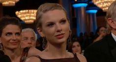 """Taylor Swift fue el centro de todas las miradas durante unos minutos en los Globos de Oro y no precisamente por llevarse un premio.  Los presentadores de los Globos de Oro cada año hacen chistes sobre las estrellas invitadas a la gala. Pues este año Tina Fey y Amy Poehler bromearon sobre la recién estrenada soltería de Taylor Swift después de su ruptura con Harry.  Tina dijo: """"Sabes qué, Taylor Swift. ¡Mantente alejada del hijo de Michael J. Fox!"""". Resulta que Sam Michael Fox, el h"""