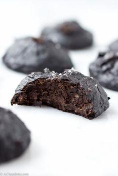 Muzları iyice ezin. Şekersiz fıstık ezmesini muzlara ilave edin ve karıştırın. Kakaoyu da ilave edin (üzerine deniz tuzu serpin) ve önceden ...