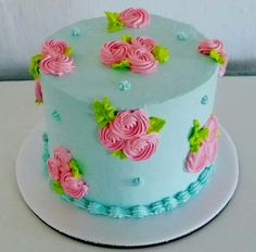Cakes Decorating Ideas Easy Cake Decorating Ideas For Beginners Beautiful cakes are not just for big bucks on extra-special occasions. You can learn easy cake decorating ideas that you can do yours… Cake Decorating Designs, Creative Cake Decorating, Cake Decorating Videos, Cake Decorating Techniques, Creative Cakes, Decorating Ideas, Buttercream Cake Designs, Buttercream Flower Cake, Cake Icing