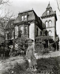 A spooky Gothic mansion in Upper Manhattan (Ephemeral New York) Old Mansions, Abandoned Mansions, Abandoned Buildings, Abandoned Places, Abandoned Castles, Victorian Porch, Victorian Homes, Victorian Gothic, Casa Hotel