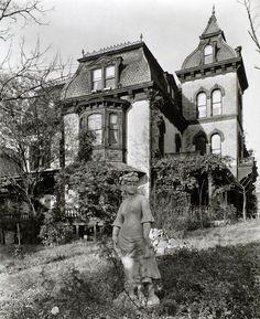 A spooky Gothic mansion in Upper Manhattan (Ephemeral New York) Victorian Porch, Victorian Gardens, Victorian Homes, Victorian Gothic, Old Buildings, Abandoned Buildings, Abandoned Places, Abandoned Castles, Old Mansions