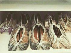 @milleny.koffs    Dica Do Dia!! Sabe aquelas touquinhas descartáveis bem baratinhas? Pois bem, são uma ótima opção para guardar seus sapatos, além de deixar o espaço limpo e mantê-los ainda mais conservados. Uma idéia para quem quer gastar pouco!🌼🌻