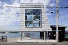 吉村靖孝建築設計事務所が設計した『窓の家』。神奈川県の相模湾に面していて、江ノ島や富士山が望める週末用の住居です。敷地面積はたっ...