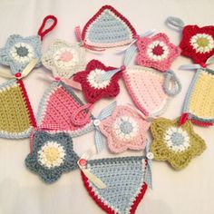 Free crochet patterns for an easy crochet star, crochet bunting and crochet star and bunting garlands. Easy step by step photo tutorial Bunting Tutorial, Bunting Pattern, Crochet Bunting, Crochet Garland, Crochet Stars, Crochet Decoration, Crochet Flowers, Crochet Gifts, Cute Crochet