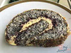Toto je můj druhý oblíbený koláček. Někdy ho dělávám jako řezy a někdy, když mám málo místa v lednici ho připravím ve tvaru rolády. Je neurveriteľne chutný. To možná proto, že makové koláče miluji. A ty oříšky navrchu jsou dokonce v karamelu. Autor: Karambola