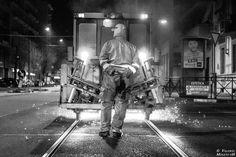 Mentre la città dorme, loro, gli operai addetti alla manutenzione delle linee tranviarie torinesi, si danno da fare perché tutto il giorno dopo funzioni al meglio: e tra gli interventi c'è anche la lucidatura dei binari, compiuta tramite un macchinario che, condotto dagli uomini