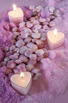 purple heart Tea candles in a bath of lavender. Romantic Candles, Beautiful Candles, Beautiful Hearts, Bougie Candle, Do It Yourself Decoration, Do It Yourself Wedding, Candle In The Wind, Fuchsia, Candle Lanterns