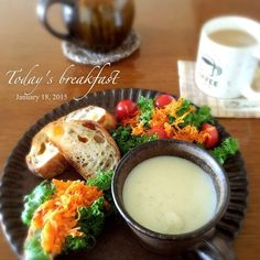 今日の朝ごパン  カボチャの種とチーズのリュスティックで わさび菜+人参ラペ  プチトマト カリフラワーのクリームスープ  パンにサラダをのっけて食べたり、スープをつけて食べたり(๑◕ˇڡˇ◕๑)  地粉のホワイトルゥで作ったカリフラワーのスープがとっても美味しい ♪ - 114件のもぐもぐ - カボチャの種とチーズのリュスティックで朝ごパン by mspocket