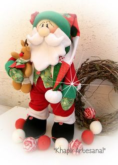 Santa y reno Christmas Fabric, Felt Christmas, Christmas Wreaths, Christmas Crafts, Xmas, Christmas Ornaments, Santa Doll, Paper Crafts, Diy Crafts