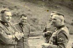 Josef Mengele (a képen balról a második) az auschwitzi láger SS-tisztjei társaságában. Mengelének sikerült az, ami Bormann-nak nem: Dél-Amerikába szökve 1979-ben bekövetkezett haláláig álnéven élt