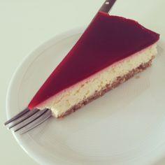 Så fik jeg afprøvet cheesecake i en mere original version, nemlig som skærekage. Og jeg kan lige så godt sige det med det samme: jeg er ret tilfreds med resultatet!  Kagen ser muligvis kompliceret ud, men i realiteten er den faktisk rigtig nem at lave. Inklusiv køle- og bagetider vil jeg tro