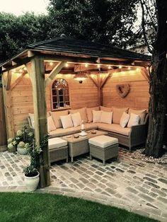 Selbst gemachter hölzerner Pavillon, Kopfsteinpflaster, Gartenbeleuchtung, Gartensofa, Sitzmöbel ,  #gartenbeleuchtung #gartensofa #gemachter #holzerner #kopfsteinpflaster #pavillon #selbst