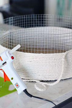 20 DIY Lined Rope Basket with Handles IHeart Organizing: cesta de cuerda forrada con bricolaje con asas Rope Basket, Basket Weaving, Wire Baskets, Rope Crafts, Diy And Crafts, Diy Lampe, Creation Deco, Diy Organization, Organization Ideas
