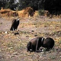 Em 1994, o prémio Pulitzer de Fotojornalismo foi ganho com esta fotografia chocante de uma criança sudanesa, que viria a atrair as atenções do Mundo para o drama humanitário que se vivia, e ainda vive, no Sudão e um pouco por todo o Continente Africano. Campo de ensaio do mundo dito civilizado que tenta há séculos arrogantemente impôr modelos de organização social, política e económica baseados nos seus conceitos civilizacionais, a África permanece um continente tribal, sem que contudo os…