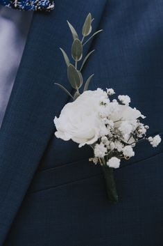 Wedding Flowers 87413 Groom's buttonhole: where does this tradition come from? White Rose Boutonniere, Feather Boutonniere, Rustic Boutonniere, Corsage And Boutonniere, Boutonnieres, Ranunculus Boutonniere, Wedding Boutonniere, Burgundy Wedding, Floral Wedding