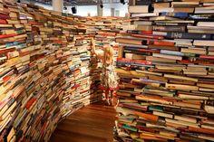 Maravilloso Laberinto de Libros en Londres creado por Marcos Saboyo y Gualter Pupo durante el verano de 2012