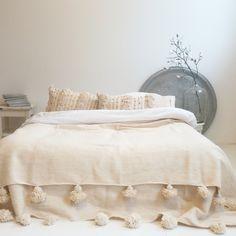 marokkaanse pompom deken; moroccan pom pom blanket ; berber blanket; pom pom deken