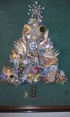 Vintage Jewelry Crafts Old costume jewelry put to good use! Hang this near your jewelry boxes or walk in closet. Hang it proud! Jeweled Christmas Trees, Christmas Tree Art, Christmas Jewelry, Christmas Decorations, Xmas Trees, Costume Jewelry Crafts, Vintage Jewelry Crafts, Vintage Jewellery, Button Art