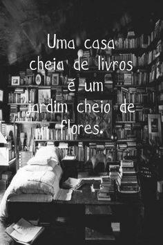 Livros preenchem as estantes da casa, os pensamentos e a vida.