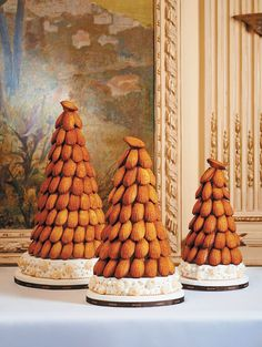 Pièce Montée MADELEINES~ Madeleines, home made or purchased are assembled on a ring of nougat to form a conical tower. Like a croquembouche. A beautiful edible centerpiece for a Wedding or Christmas buffet. Photo from ANGELINA, PARIS Madeleine Cake, Madeleine Recipe, Wedding Cake Alternatives, Croquembouche, Rhubarb Cake, Rhubarb Recipes, Cupcakes, Dessert Table, Cake Decorating