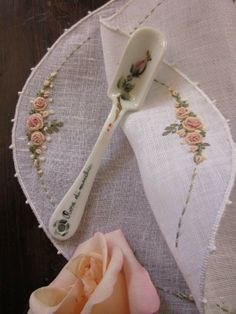 Bordado a mano Elizabeth: clásico bordado(Don't know what this is but I love this little scoop) Bullion Embroidery, Silk Ribbon Embroidery, Diy Embroidery, Cross Stitch Embroidery, Embroidery Patterns, Embroidered Roses, Lace Beadwork, Brazilian Embroidery, Sewing Art