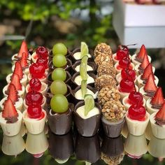 Mousse and fruit served in chocolate cups - Mini Desserts, Mini Dessert Cups, Delicious Desserts, Dessert Recipes, Dessert Buffet, Dessert Bars, Cake Nozzles, Kreative Desserts, Pie Cake