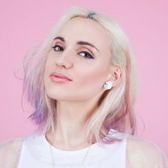 Boucles d'oreilles Licorne arc-en-ciel Youtubers, Short Hair Styles, Hair Cuts, Hair Color, Pearl Earrings, Girly, Hairstyle, T Shirts For Women, People
