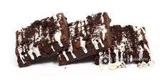 Brownie com pedacinhos de biscoito e chocolate branco.