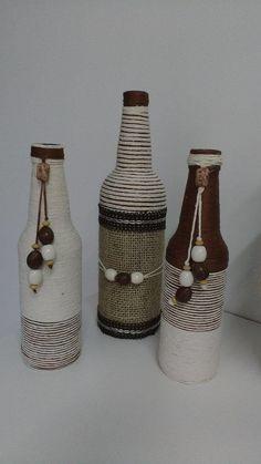 Trio de garrafas decoradas com barbante e pingentes.  Produto disponível em estoque.   Medidas:  Garrafa 1: Altura:29 cm   Largura: 8 cm  Garrafa 2: Altura: 23 cm   Largura 6 cm    Pode ser feita sob encomenda personalizando da maneira que quiser.