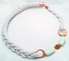 Collar cordón de seda plateado, con cobre al ácido y piedras amazonitas.