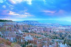 """Jour 5 :   Découverte du parc de Bryce, véritable amphithéâtre de roches d'une étonnante gamme de couleurs allant de l'ocre au rouge profond : l'érosion les a transformées en colonnes, surnommées par les Indiens """"les rochers qui ressemblent à des hommes"""".   Bryce Canyon National Park à Bryce Canyon, UT"""