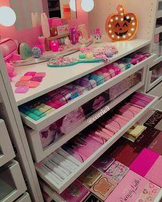 A gorges makeup set ! Girl Bedroom Designs, Room Ideas Bedroom, Bedroom Decor, Cute Room Ideas, Cute Room Decor, Makeup Room Decor, Makeup Rooms, Makeup Organization, Room Organization