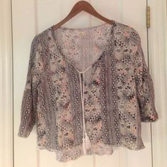 Hollister Boho crop top L Holister crop top size L , gauzy material, perfect with short or jeans ,layered with a tank (or not if like!). Super cute summer piece! Hollister Tops Crop Tops