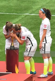 USWNT's Lauren Holiday looks on as teammates Tobin Heath and Amy Rodriguez kiss the 2015 World Cup trophy. Usa Soccer Team, Female Soccer Players, Soccer Tips, Real Madrid Soccer, Barcelona Soccer, Fc Barcelona, Messi Soccer Shoes, Nike Soccer, Soccer Cleats