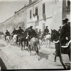 Visita de Alfonso XIII. La comitiva real regresa de Santa Faz por el Raval Roig Año: 1905. Archivo Ayuntamiento Colección: RAMÓN VIDAL IRLES