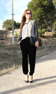 Pantalón de terciopelo y camisa con estampado pata de gallo, ambos de zara y los zapatos de Pilar Burgos.