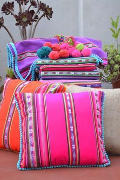 Aguayo, a textile piece from the Andes with a lot of color and tradition - La casa de Freja Mexican Home Decor, Sewing Projects, Diy Projects, Colorful Pillows, Mexican Style, Decorative Pillows, Diy And Crafts, Throw Pillows, Crafty