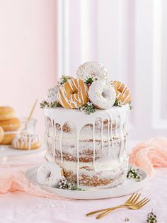 Donut cake without Donut-Torte ganz ohne backen! Donut cake without baking! Perfect as a birthday cake or wedding cake. More on this in our online magazine www. Bacalhau No Forno Com Cebolada, Beautiful Cakes, Amazing Cakes, Dessert Parfait, Savoury Cake, Beignets, Cute Cakes, Cake Designs, Cupcake Cakes